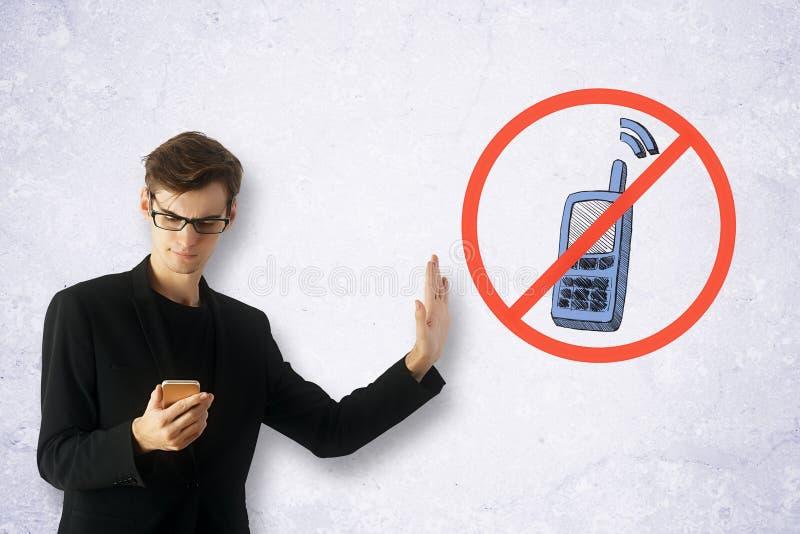 Homme utilisant Smartphone image libre de droits