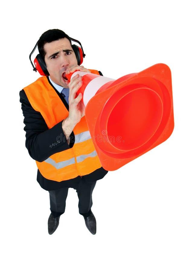 Homme utilisant un cône de circulation images libres de droits