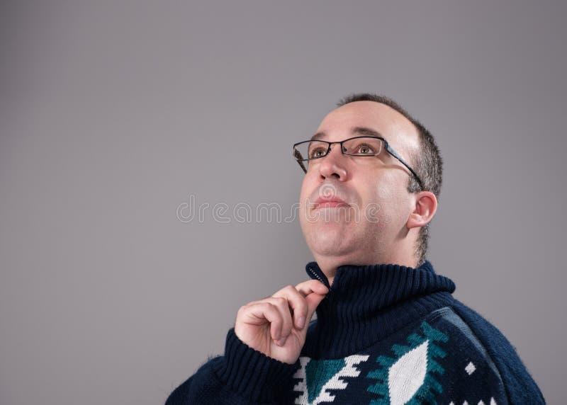 Homme utilisant un chandail photographie stock libre de droits