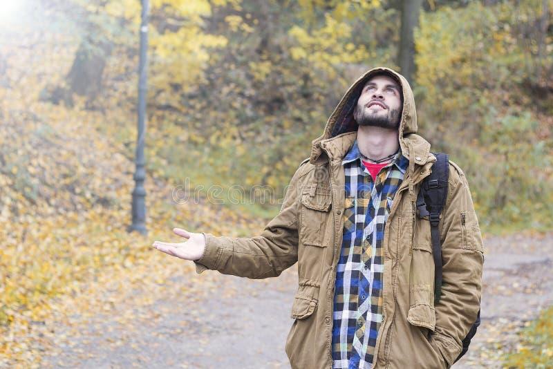 Homme vérifiant la pluie images stock