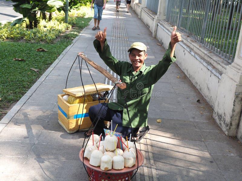 Homme vendant des noix de coco image stock