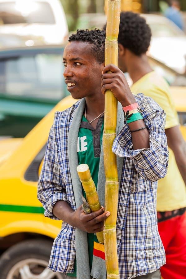 Homme vendant la canne à sucre sur la rue photographie stock libre de droits