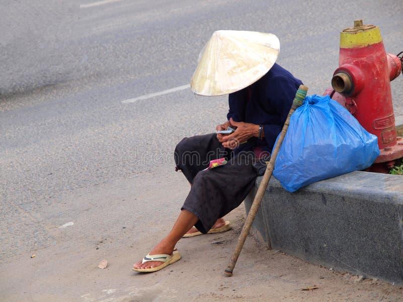 Homme vietnamien avec le chapeau conique images stock