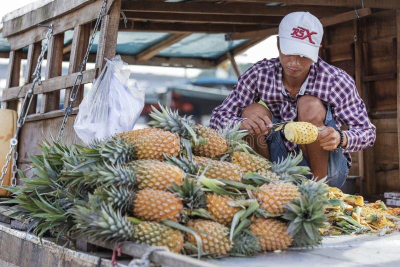 Homme vietnamien vendant l'ananas photo stock