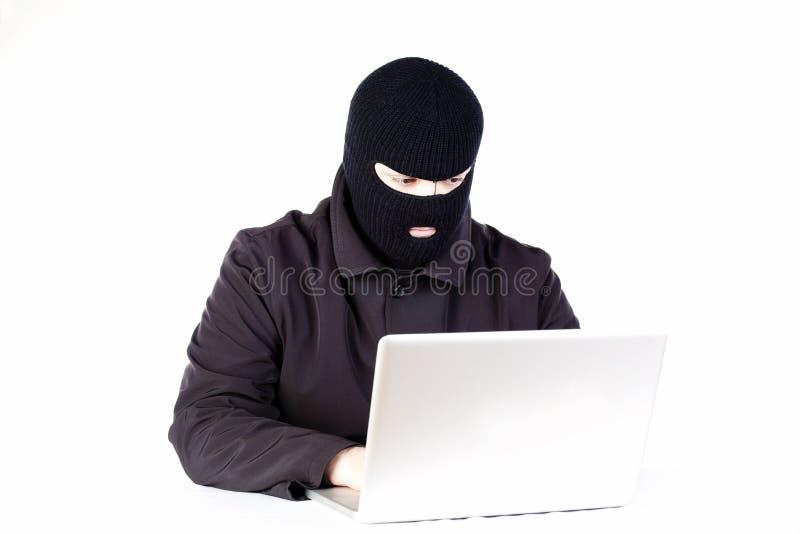Homme volant des données d'un ordinateur portatif images libres de droits