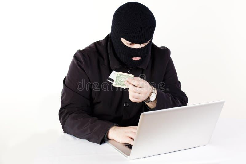 Homme volant des données d'un ordinateur portatif photos stock