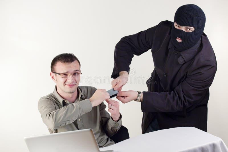 Homme volant des données d'un ordinateur portatif images stock