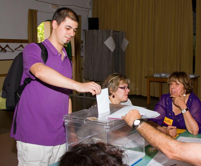 Homme votant aux élections photographie stock libre de droits