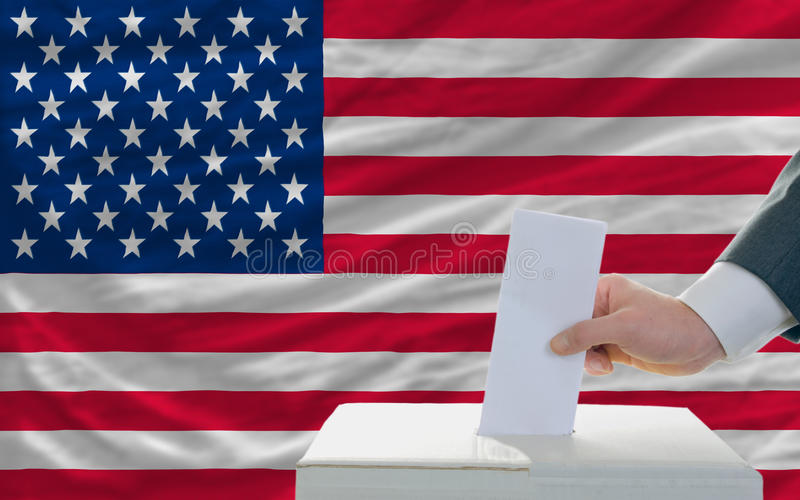 Homme votant sur des élections en Amérique photos libres de droits