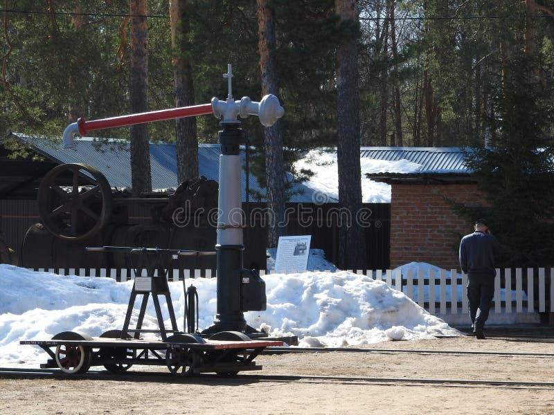 Homme, vue arrière d'une vieille station de train abandonnée photographie stock libre de droits