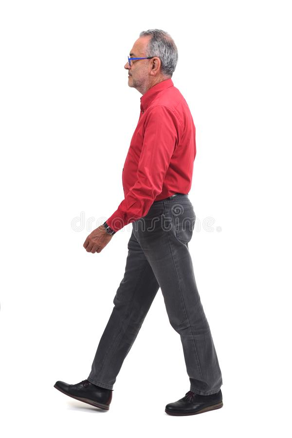 Homme waling sur le fond blanc image stock