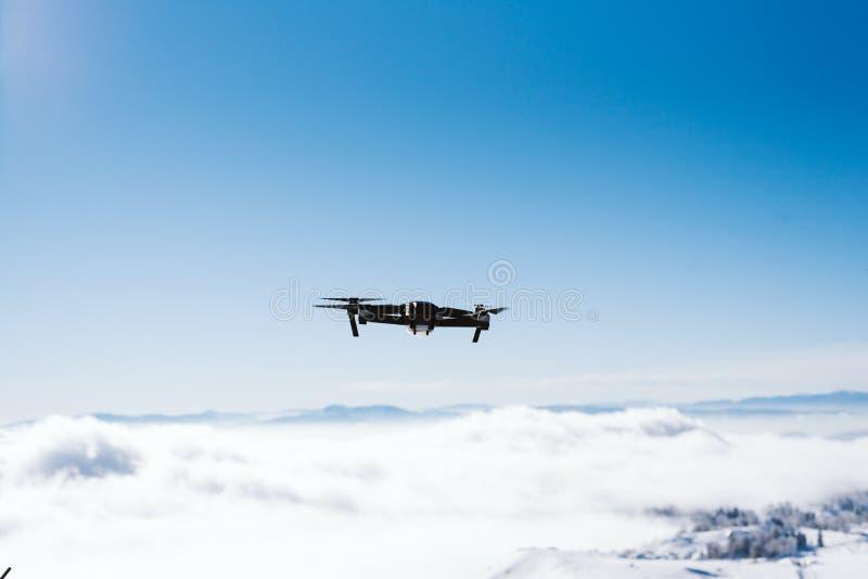 Hommel in de lucht boven de bergketting op een zonnige dag royalty-vrije stock foto's