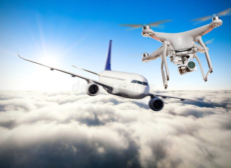 Hommel die dichtbij commercieel vliegtuig vliegen royalty-vrije stock afbeeldingen