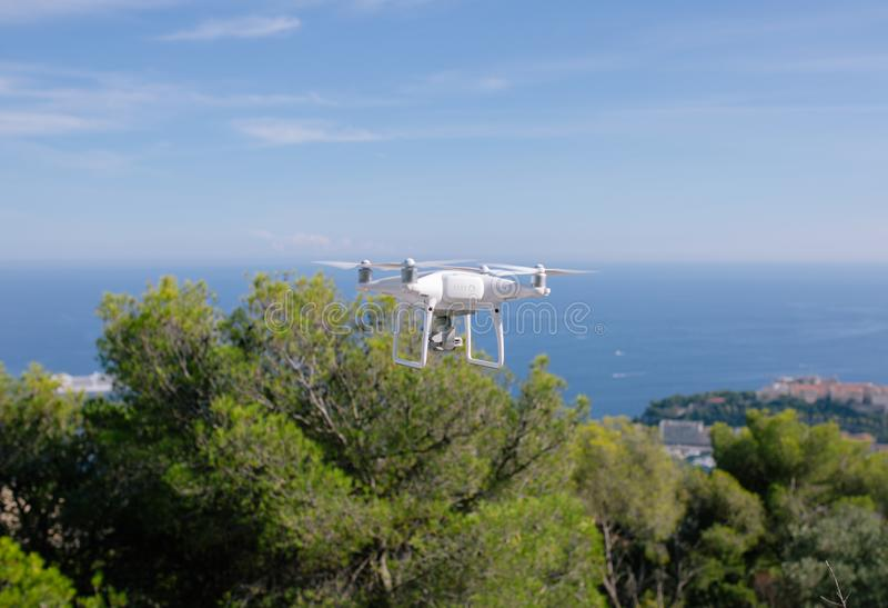 Hommel, die tegen de blauwe hemel de vliegen quadrocopter fpv vliegt camera rc controlemechanisme royalty-vrije stock foto
