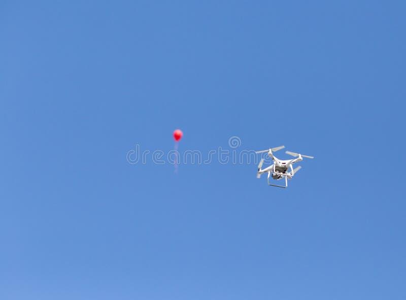 Hommel en ballon op blauwe hemel royalty-vrije stock afbeelding