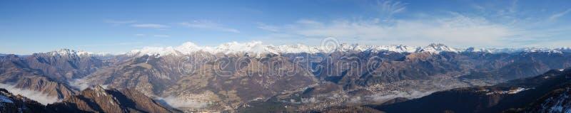Hommel luchtmening aan de Orobie-Alpen in een duidelijke en blauwe dag Verse sneeuw op de bergen Panorama van Farno-berg royalty-vrije stock foto's