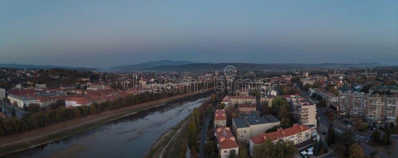 Hommel luchtmening over de woonwijk in rivier Uzh Uzhgorod Zakarpattya de Oekraïne stock foto's