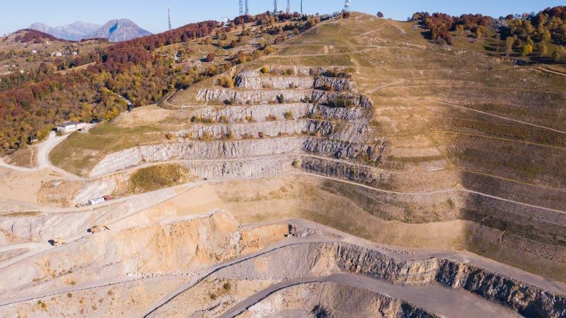 Hommel luchtmening van een concrete steengroeve stock afbeeldingen