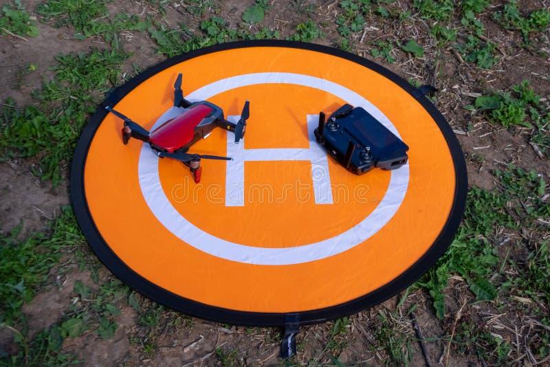 Hommel op de helihaven hommeltelefoon en controlebord op een oranje helihaven op het gras royalty-vrije stock foto