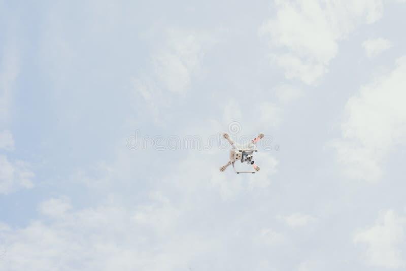 Hommel tegen de blauwe hemel quadcopter schiet hierboven het perceel van royalty-vrije stock foto