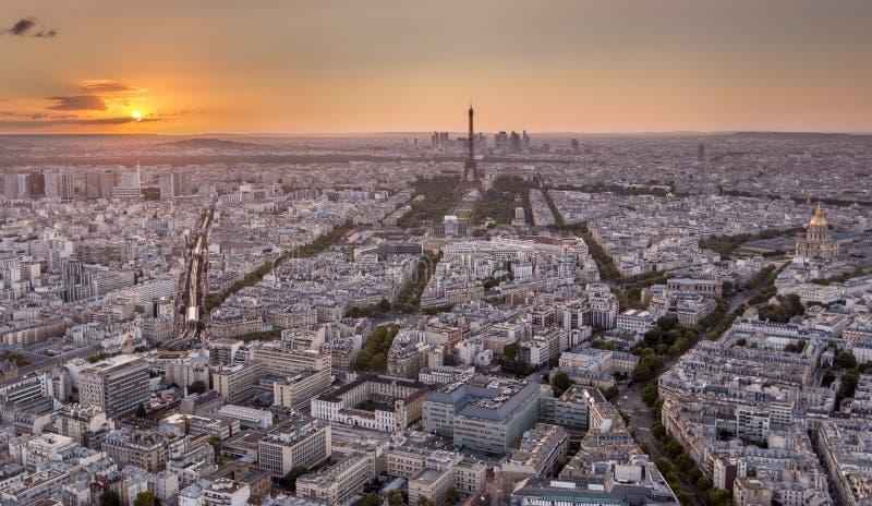 Hommel van Parijs bij gouden zonsondergang wordt geschoten die royalty-vrije stock foto