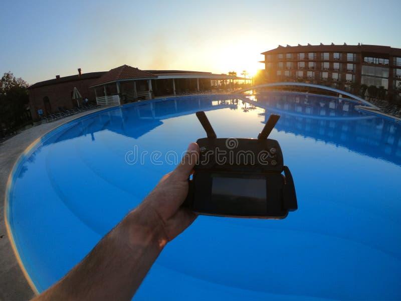 Hommel ver door de pool bij zonsondergang in het hotel royalty-vrije stock afbeeldingen
