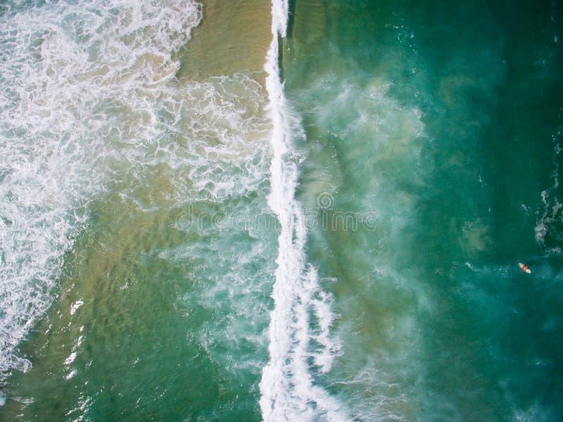 Hommelfoto van de golven die op de oceaan in Barra da Tiju verpletteren royalty-vrije stock fotografie