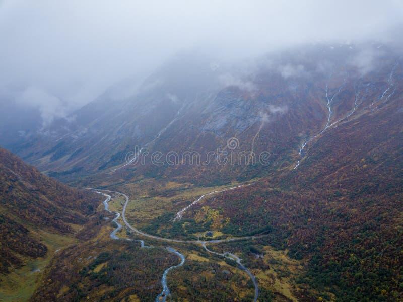 Hommelfoto van Verscheidene Kleine Watervallen in Bergen met Wolken die hen behandelen dichtbij Bøjabreen-Gletsjer in Noorwegen royalty-vrije stock afbeelding