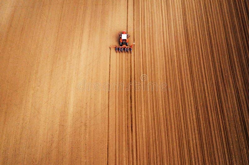 Hommelfotografie van tractor met zaaimachine die op gebied werken royalty-vrije stock foto