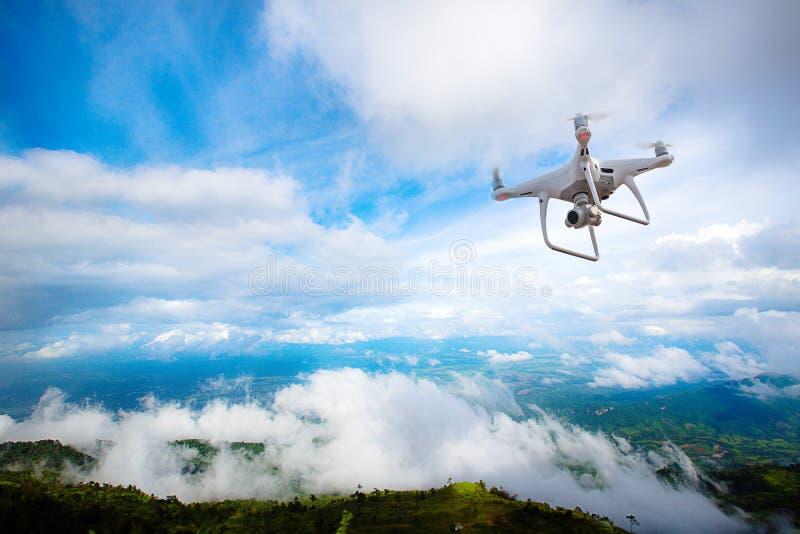 Hommelhelikopter die met digitale camera vliegen Hommel met hoge resolutie digitale camera stock foto