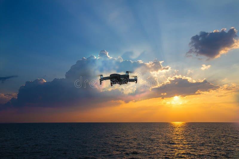 Hommelhelikopter die met digitale camera vliegen Hommel met hoge resolutie digitale camera De vliegende camera neemt een foto en  stock fotografie