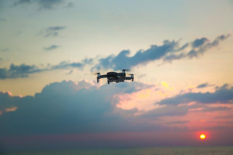 Hommelhelikopter die met digitale camera vliegen Hommel met hoge resolutie digitale camera De vliegende camera neemt een foto en  royalty-vrije stock afbeelding