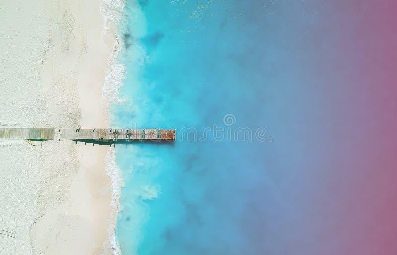 Hommelpanorama van pijler in Grace Bay, Providenciales, Turken en Caicos met licht lek stock afbeelding