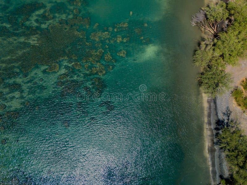 Hommeltop down mening van het glasheldere water, de verpletterende golven, en natuurlijke beachs van de Lahaina-Kust op het Eilan stock afbeelding