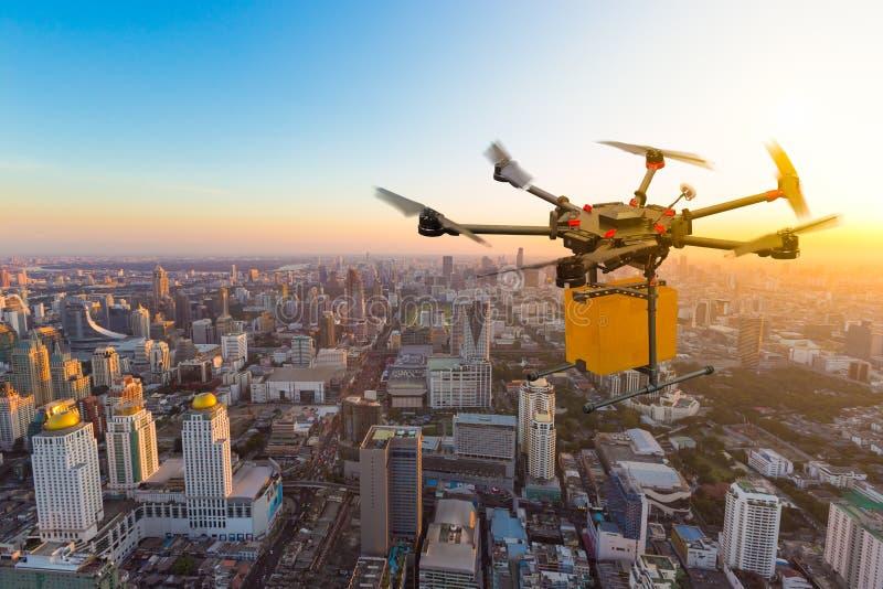 Hommelvervoer die met kartondoos vliegen boven stad royalty-vrije stock afbeelding