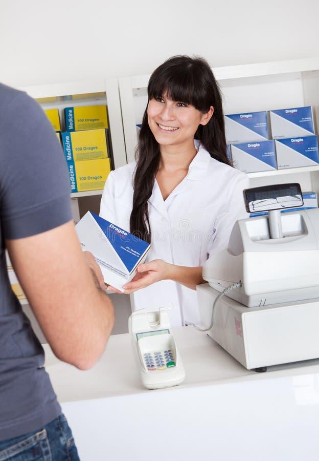 Hommes achetant la médecine à la pharmacie image stock