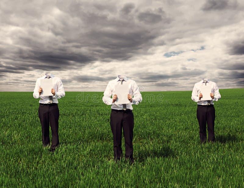Hommes anonymes tenant les feuilles vides photographie stock