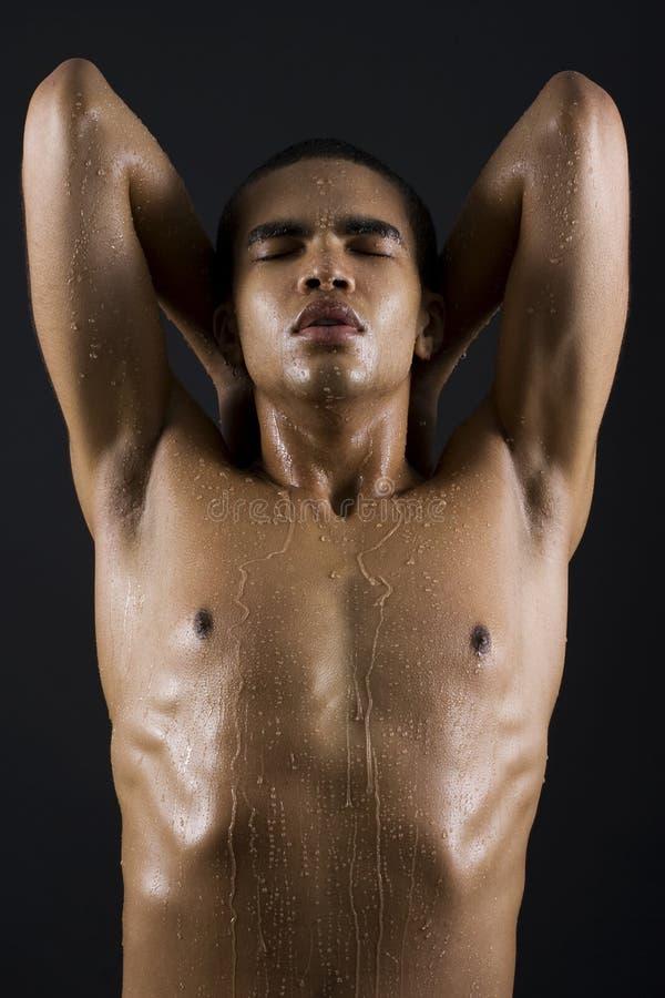 Hommes appréciant la douche photographie stock libre de droits
