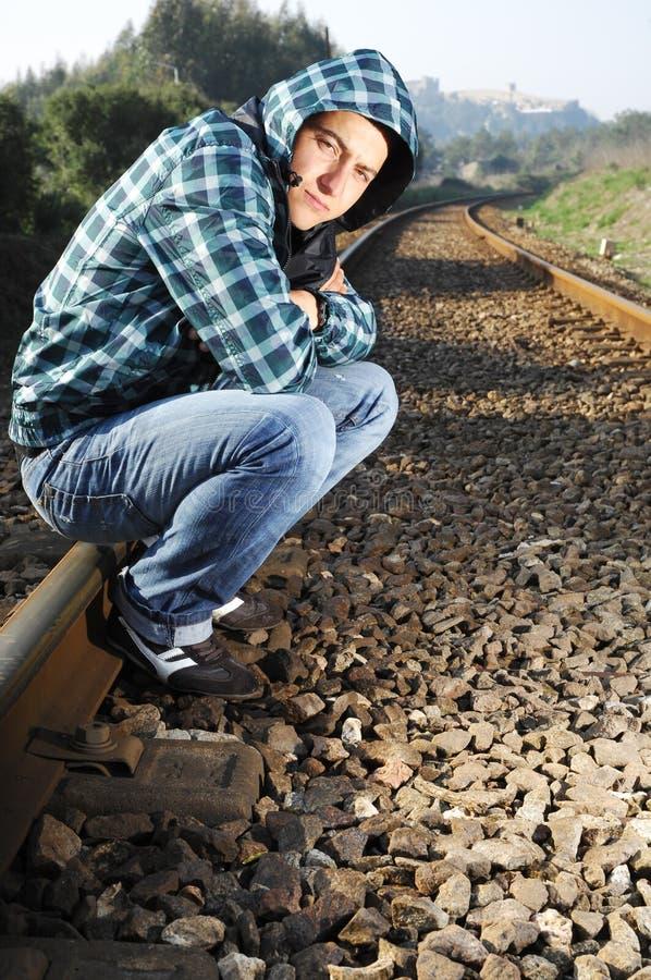 Hommes attendant le train photographie stock libre de droits