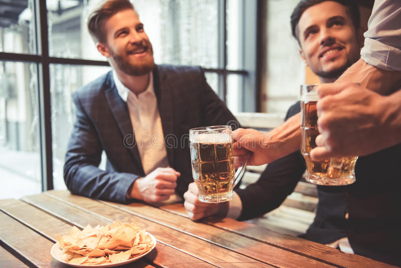 Hommes au bar photos stock