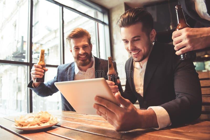 Hommes au bar photographie stock