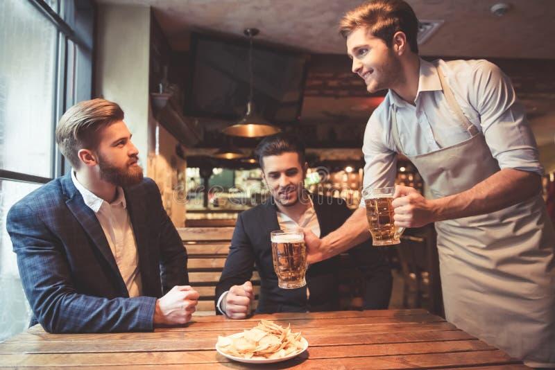 Hommes au bar photo libre de droits