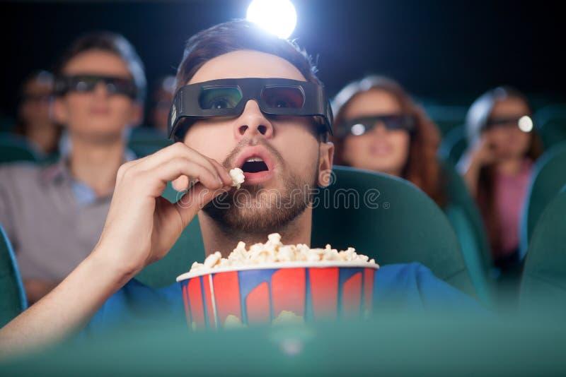 Hommes au cinéma. photographie stock libre de droits