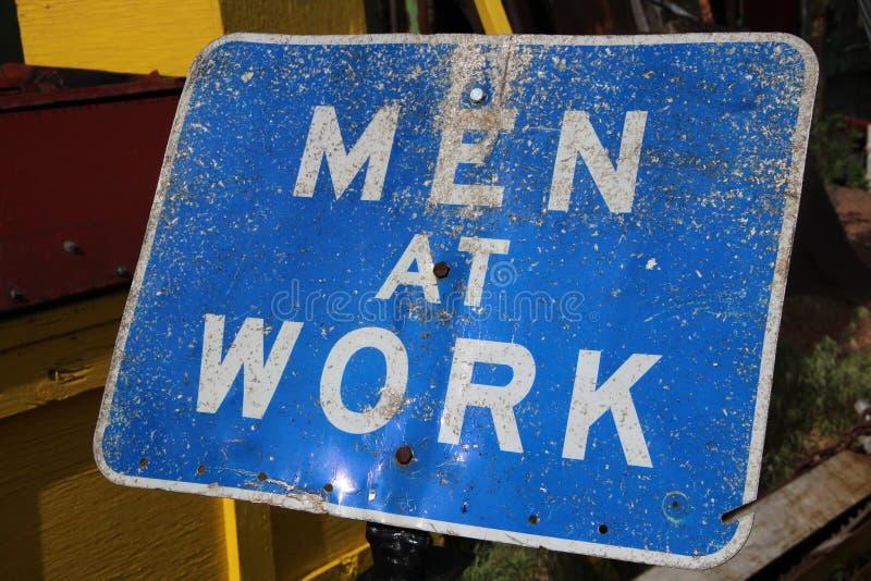 Hommes au signe de travail photos libres de droits