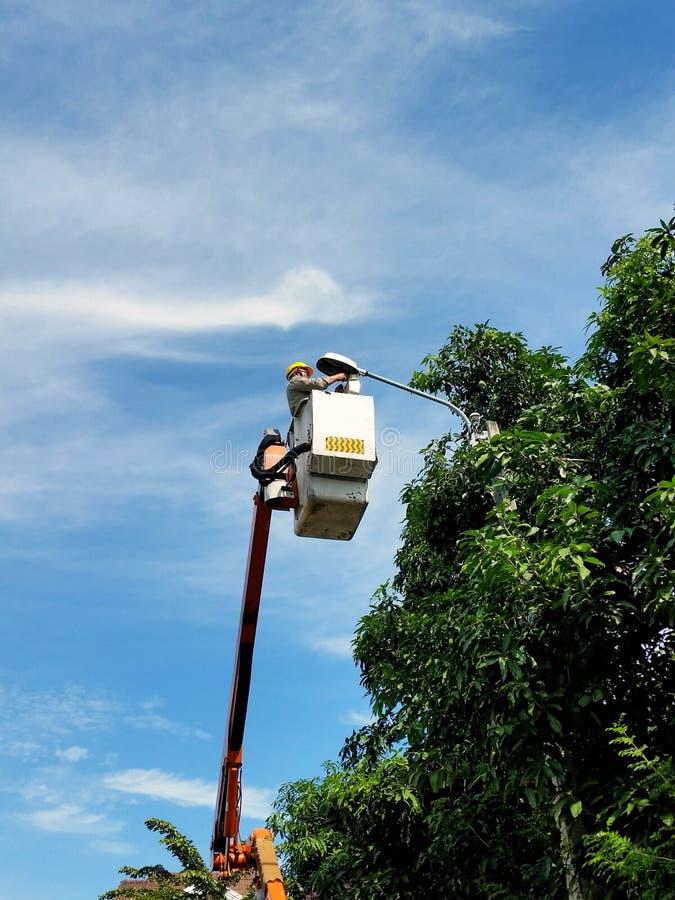 Hommes au travail, lumière de lampe de difficulté sur la route images libres de droits