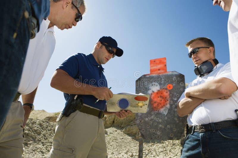 Hommes avec l'instructeur At Combat Training photo stock