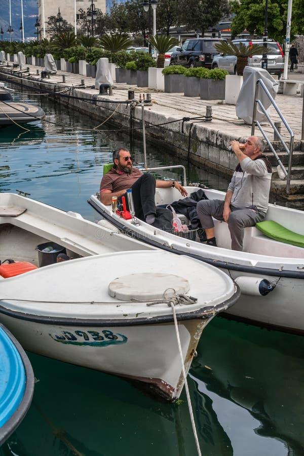 Hommes buvant de la bière dans un bateau images libres de droits