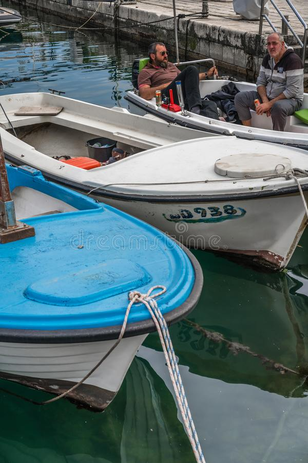 Hommes buvant de la bière dans un bateau photographie stock