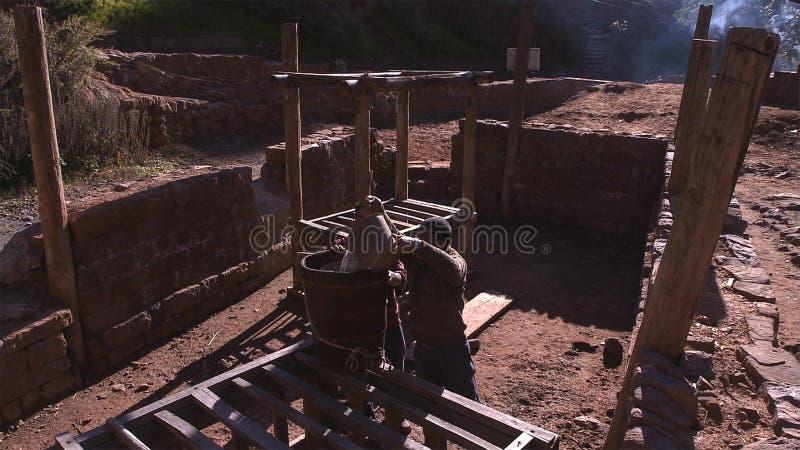 Hommes chinois travaillant au gisement de sel Employez la saumure pour le procédé de cuisson de sel yunnan La Chine photos stock