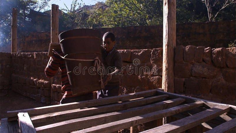 Hommes chinois travaillant au gisement de sel Employez la saumure pour le procédé de cuisson de sel yunnan La Chine photo libre de droits
